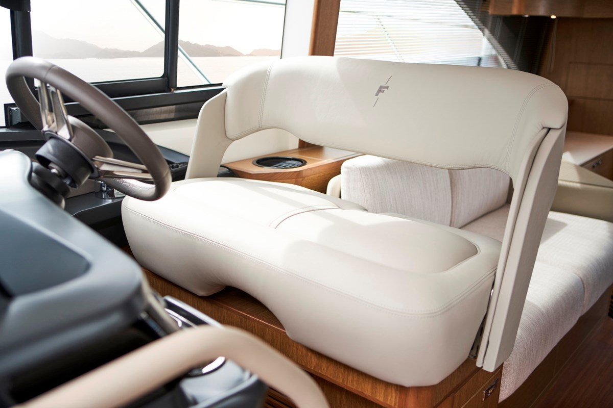 Princess F45 Helm Seat RT.jpg