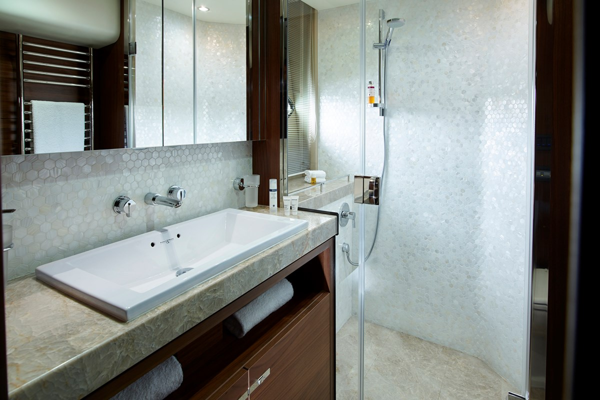 88MY 018 Starboard Bathroom.jpg